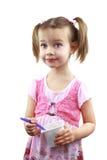 παιδί που τρώει το γιαούρ&tau Στοκ Φωτογραφία