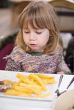 Παιδί που τρώει το πιάτο τηγανιτών πατατών Στοκ εικόνα με δικαίωμα ελεύθερης χρήσης