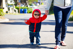 Παιδί που φορά τα γυαλιά ηλίου στοκ εικόνες