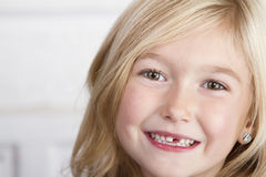 Παιδί που χάνει το μπροστινό δόντι Στοκ εικόνα με δικαίωμα ελεύθερης χρήσης