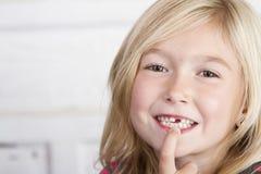 Παιδί που χάνει το μπροστινό δόντι Στοκ Εικόνες