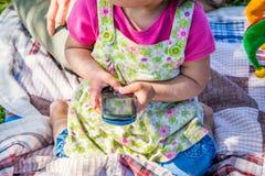 Παιδί που χρησιμοποιεί ένα κινητό τηλέφωνο στοκ φωτογραφίες