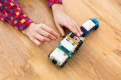 Παιδί που χρησιμοποιεί το μικρό γαλλικό κλειδί παιχνιδιών στοκ φωτογραφία