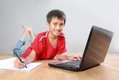Παιδί που χρησιμοποιεί το lap-top Στοκ φωτογραφία με δικαίωμα ελεύθερης χρήσης