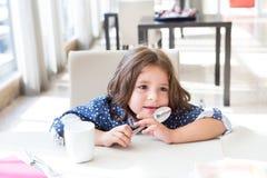 παιδί προγευμάτων που έχει Στοκ φωτογραφία με δικαίωμα ελεύθερης χρήσης