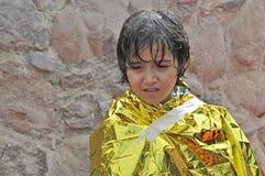 Παιδί προσφύγων που τυλίγεται στην έκτακτη ανάγκη η γενική Λέσβος Ελλάδα στοκ εικόνες