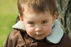 Παιδί σε ένα σακάκι δέρματος υπαίθρια Στοκ φωτογραφία με δικαίωμα ελεύθερης χρήσης