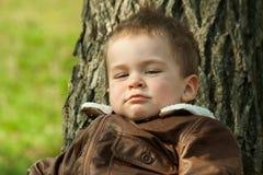 Παιδί σε ένα σακάκι δέρματος υπαίθρια Στοκ εικόνα με δικαίωμα ελεύθερης χρήσης