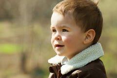 Παιδί σε ένα σακάκι δέρματος υπαίθρια Στοκ Εικόνες