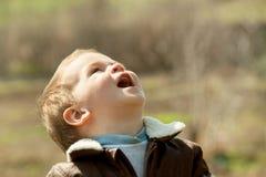 Παιδί σε ένα σακάκι δέρματος υπαίθρια Στοκ φωτογραφίες με δικαίωμα ελεύθερης χρήσης