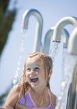 Παιδί σε μια πηγή νερού Στοκ φωτογραφία με δικαίωμα ελεύθερης χρήσης
