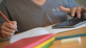 Παιδί, σπουδαστής, εκπαίδευση, σχολείο, γράψιμο, ψηφιακό σχολείο απόθεμα βίντεο