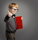 Παιδί στα γυαλιά, δηαφημιστής παιδιών, βιβλίο πιστοποιητικών, σχολικό αγόρι Στοκ φωτογραφίες με δικαίωμα ελεύθερης χρήσης