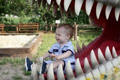 Παιδί στα σαγόνια του δεινοσαύρου Στοκ Εικόνες