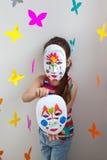 Παιδί στα φωτεινά ενδύματα στο χώρο για παιχνίδη Στοκ Εικόνες