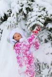 Παιδί στα χειμερινά ενδύματα και θερμό καπέλο με το μειωμένο χιόνι Στοκ φωτογραφίες με δικαίωμα ελεύθερης χρήσης