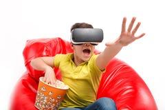 Παιδί στην κάσκα VR με popcorn στοκ φωτογραφίες