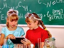 Παιδί στην κατηγορία χημείας Στοκ εικόνα με δικαίωμα ελεύθερης χρήσης