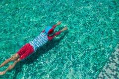 Παιδί στην πισίνα, αθλητικό υπόβαθρο Στοκ Εικόνες