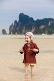 Παιδί στην τροπική παραλία, που τρώει το ψωμί στοκ εικόνες