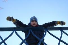 Παιδί στη γέφυρα Στοκ φωτογραφία με δικαίωμα ελεύθερης χρήσης
