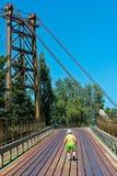 Παιδί στη γέφυρα Στοκ Εικόνα