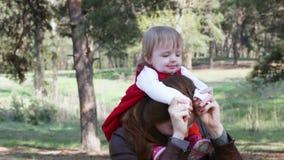 Παιδί στη μητέρα απόθεμα βίντεο