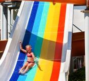 Παιδί στη φωτογραφική διαφάνεια νερού στο χέρι aquapark επάνω Στοκ Εικόνες