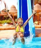 Παιδί στη φωτογραφική διαφάνεια νερού στο aquapark. Στοκ Φωτογραφία