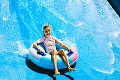 Παιδί στη φωτογραφική διαφάνεια νερού στο aquapark. Στοκ Εικόνα