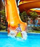 Παιδί στη φωτογραφική διαφάνεια νερού στο aquapark. Στοκ Φωτογραφίες