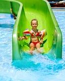 Παιδί στη φωτογραφική διαφάνεια νερού στο aquapark. Στοκ Εικόνες