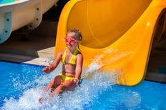 Παιδί στη φωτογραφική διαφάνεια νερού στο aquapark Στοκ φωτογραφία με δικαίωμα ελεύθερης χρήσης