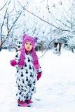 Παιδί στη χιονώδη ημέρα Κοριτσάκι στο άσπρο snowsuite και ρόδινο καπέλο, γάντια μποτών στο χειμερινό πάρκο χιονιού Στοκ φωτογραφίες με δικαίωμα ελεύθερης χρήσης