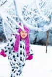 Παιδί στη χιονώδη ημέρα Κοριτσάκι στο άσπρο snowsuite και ρόδινο καπέλο, γάντια μποτών στο χειμερινό πάρκο χιονιού Ευτυχής Στοκ φωτογραφίες με δικαίωμα ελεύθερης χρήσης