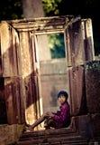 Παιδί στις καταστροφές Angkor Thom Στοκ Εικόνες