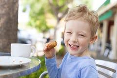 Παιδί στον καφέ στοκ φωτογραφίες
