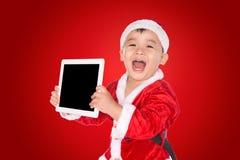 Παιδί στο καπέλο Χριστουγέννων με την ταμπλέτα στοκ φωτογραφία με δικαίωμα ελεύθερης χρήσης