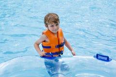 Παιδί στο πάρκο νερού που οδηγά στη φωτογραφική διαφάνεια Στοκ εικόνα με δικαίωμα ελεύθερης χρήσης