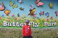 Παιδί στο πάρκο πεταλούδων, πόλη ταινιών Ramoji, Hyderabad Στοκ Εικόνες