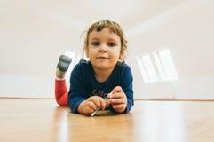 Παιδί στο πάτωμα στοκ φωτογραφία με δικαίωμα ελεύθερης χρήσης
