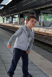 Παιδί στο σταθμό τρένου Στοκ φωτογραφία με δικαίωμα ελεύθερης χρήσης