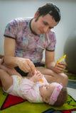 Παιδί τροφών μπαμπάδων με το κουτάλι Εικόνα του νέου μπαμπά στοκ φωτογραφία με δικαίωμα ελεύθερης χρήσης