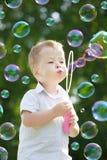 παιδί φυσαλίδων χτυπήματ&omicron Στοκ φωτογραφία με δικαίωμα ελεύθερης χρήσης