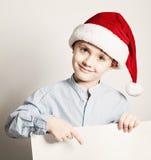 Παιδί Χριστουγέννων που παρουσιάζει άσπρο υπόβαθρο εμβλημάτων Στοκ Εικόνες