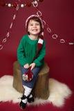 Παιδί Χριστουγέννων στο καπέλο νεραιδών Santa στοκ εικόνα
