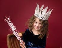 Παιδί Chirstmas με τις διακοσμήσεις και τις διακοσμήσεις, κόκκινες διακοπές χειμώνας στοκ εικόνες