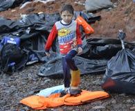 Παιδί garbagebags Λέσβος Ελλάδα προσφύγων στοκ εικόνα με δικαίωμα ελεύθερης χρήσης