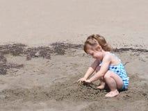 Παιδί playng στην άμμο παραλιών Στοκ Φωτογραφία