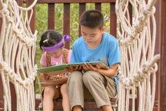 παιδιά βιβλίων που διαβάζονται Στοκ φωτογραφία με δικαίωμα ελεύθερης χρήσης